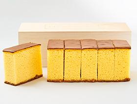 贅沢に卵黄を使った黄色みの強いカステラ